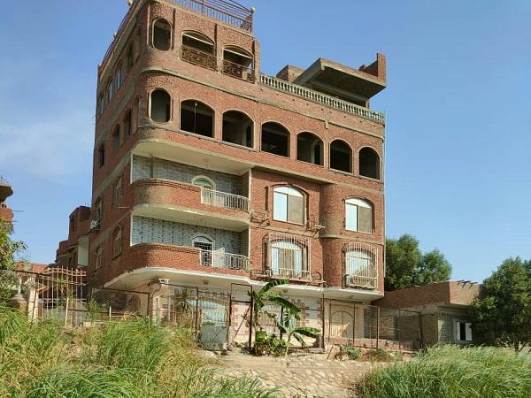 إزالة مبنى مخالف من خمسة أدوار يقع على النيل مباشرة بحلوان